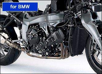 BMWのフラッグシップである最新のK1300シリーズは、前傾55度と大きく寝かせたシリンダーレイアウトによる低重心がもたらす安定感に加え、ファクトリーオプションのトラクションコントロール(ASC)のおかげで、路面状況にナーバスにならずスロットルを開けていける点が素晴らしい。いざというときのABSも含め、175psの大パワーでも安心して乗れるのがBMWの魅力ですね。低速から高回転までパワフルかつ扱いやすいエンジンは、シティクルーズから峠道でのスポーティな走りまで幅広く楽しめます。クラッチ操作なしでシフトアップ可能なギアシフト・アシスト機構も特筆ものですね。