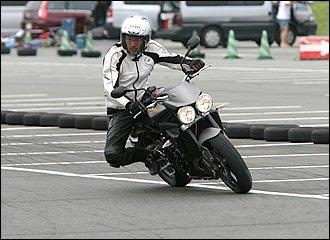 直線を走りながら腰を曲がりたい方向へずらし、曲がりたいポイントで全身の力を抜けば自然とバイクは倒れ込んでいきます。人間の体の中心である腰を移動させることで、大きな重心移動が可能に。これが発展するとハングオフになります。