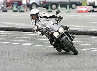 倒し込みのキッカケ作りで基本となるのが体重移動。中でも上体の移動によるものが最も簡単で楽な方法です。直線を走りながら、曲がりたい方向へ上体を動かしていけば、自然とライダーの重心が移動してバイクは傾いていきます。