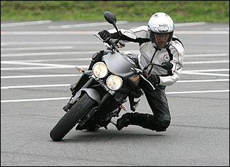 腰の移動に加えて、イン側ステップを踏み込んでいくことで、さらに強いキッカケを作ることができます。これがハングオフのメリットであり、コーナー進入速度が高くなるほど効果大。その反面、低速で行うとかえってバランスを崩しやすくなります。