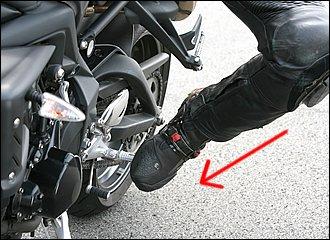 イン側ステップを踏み込む方向は真下ではなく斜め内側。ちょうど足裏を車体に向けるイメージです。ステップバーの先端を踏むことで、テコの原理で強い入力が得られます。ステップへの足の置き方は人それぞれ。やり易い方法でO.K.です。