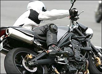 ハングオフ・スタイルで車体を倒し込む場合、インステップの踏み込みと同時に使っていくと有効なのが、外ヒザによるプッシュ。特に直立付近からの倒し込みが重かったり、いわゆる「立ちが強い」性格のマシンには有効です。