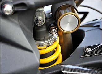 基本的にはフロントと同じで路面からの衝撃を受け止め、乗り心地を向上、車体姿勢やハンドリングをコントロールします。ただし、リアサスにかかる前後左右からの応力はスイングアームが受け持つため、構成は比較的シンプル。フロントフォークのように鋼管チューブに内蔵されるのではなくユニット単体です。シャフトドライブの場合でも、リアサスペンションの構造自体は同じです。