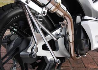 マフラーステーは3本支持で、ステー自体も太く強度が高い素材を使用。スクーターのマフラーは、単気筒で振動が多い上に、ユニットスイング式でかかる負荷も大きい。強度不足での破損は許さないという、ベリアルの物造りのポリシーが伺える部分。