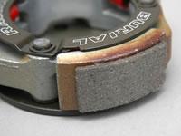 クラッチシューには独自のメタルカーボン素材を使用。軽量化と小径化によって損なわれたクラッチの伝達力を、ハイグリップタイプのシューを使用することで対処。確実なパワー伝達を実現している。