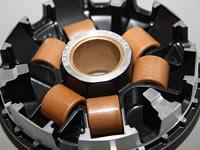 ウェイトローラーは、耐久性に優れる専用の幅広タイプを使用。ローラーガイド部分には、テフロンコーティングが施されており、ウェイトローラー接触面の抵抗を低減。安定した変速を実現している。