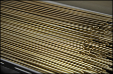 各種のジェット類などの素材として多く使われるのが真鍮(しんちゅう)。その理由は加工時の熱膨張が少なく、柔らかいため万が一の際にキャブ本体を傷め難いから。