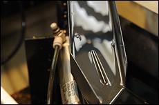 NC旋盤の蓋を閉じて約1分、削り出されたジェットニードルが排出される。掛かる時間は異なるが、その他のメインジェットなどの削り物も同じ手順で製作される。