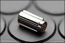 NC旋盤で削り出されたニードルバルブのケース(ボディ)は外注でメッキ加工が施される。画像だとスケール感が解りにくいが、その長さは1円玉の直径よりも短い。