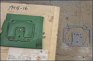 打ち抜くための「刃」と打ち抜かれたガスケット。この刃は1970年以降の物が全て社内に保管されており、必要であればいつでも生産が可能なシステムになっている。