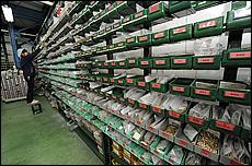 製作されたジェット類やガスケット類は、工場の上の階に集められ、それぞれ棚のラックに入れられて、部品番号で管理されている。おびただしい数で圧巻だ。
