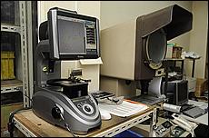 """削り物は""""試削""""の段階で図面通りの寸法かを測定して確認、問題が無ければ量産に移る。手前は針の形状と数値などの計測器で、奥は形状を見る投影機だ。"""