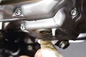 エンジンオイルを抜き取っている最中はフィラーキャップも外して通気させよう。完全に抜き終えたらドレンプラグの締め付け座やその周辺の汚れをウエスでしっかり拭き取ろう。