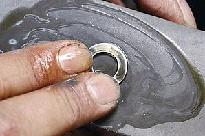 取り外したドレンプラグのパッキンワッシャは新品に交換するのが鉄則だが、潰れて反り返っていなければオイルストンで磨くことで再利用することもできる。持っていると便利な工具がオイルストンだ。