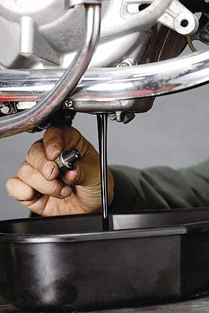 ディップスティックでオイル量を確認するときにはキレイなウエスでオイルを拭い、同時にエンジンオイルの臭いも嗅いでみよう。キャブのオーバーフローが内向きに起るとエンジンオイルにガソリンが混ざってしまい面倒なことになる。