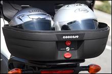 容量48LのASTRAには、フルフェイスヘルメットが2つ入る。余裕の収納力といえる