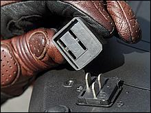 ケースを使わない時は、ベースプレートの端子に付属のゴムカバーをかぶせておく