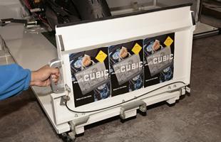 スライドベースを回転させる際は、スロープ部分のレバーを握ってロックを解除する。またベース裏側には地面に接するキャスターが装着されており、バイクを載せた際にピボット部分に掛かる荷重を分散する。