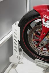 スライドベース中央には滑り止めのペイントが施され、突き当たりにはタイヤストッパーが設置されている。この柱にはU 字形ロックなどを通す抜き穴が開き、タイヤが乗るシーソー部分は軽く踏むだけで簡単にリリースできる。