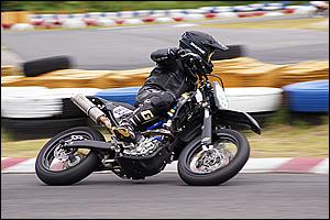 2011 MOTO1近畿・中部エリアシリーズでMOTO3に参戦中の平山選手が3連勝。チューブレスキット、スポークブースター、ステムスタビライザーのほかOUTEXのマフラーも装着している。
