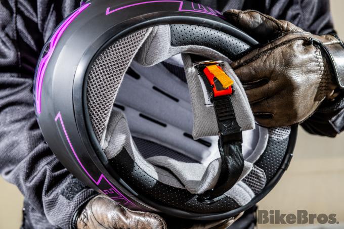 アクセントカラーが光る『リード工業』のフルフェイスヘルメットの画像