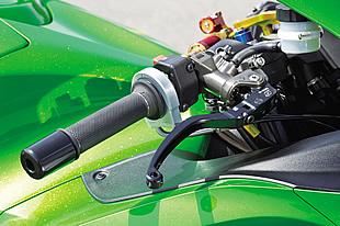 良好なタッチを示したラジアルポンプ式ブレーキ/クラッチマスターはゲイルスピード。EVOの名称が与えられたスロットルキットはアクティブ製で、14R用の巻き取り径はφ40/42mmに設定される