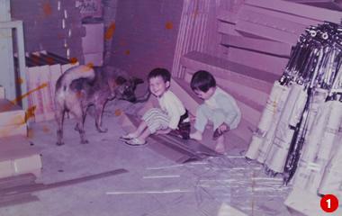 現社長と工場長の幼年時代の写真。右手に見えるのが当時輸出向けに生産していたというマフラー。