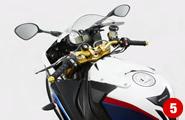 近年では、ビッグバイクのパーツ展開を積極的に行っている。写真はBMW S1000RR(2012)用バーハンドルkit。