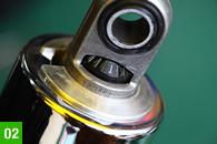 サスペンションユニット上部に設けられるダンパー調整ダイヤル。圧側のみだが4段階に調整することができ、ライダーの体重や乗り方に合わせたセットが可能。