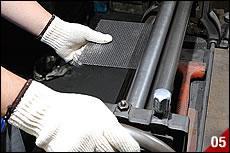 工房内に「3本ローラー」があったので、何に利用するのか尋ねてみると、サイレンサー内部に入る消音パイプ=パンチングメッシュの巻き作業で使用するそうだ。巻き作業にはコツが必要だ。