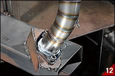 エキパイフランジとなるプレートを溶接治具に締め付け、溶接途中のチャンバー本体を治具にセットする。そしてエキパイ部分がフランジに合致していることを確認して溶接する。