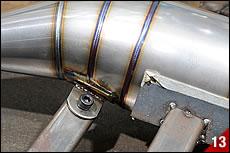 溶接治具にはフレームマウントブラケット用の位置決めもある。溶接前のブラケットを治具に締め付け、チャンバー本体との接合部分を溶接一体化する。治具の精度がバイクへの取り付け精度を左右する。