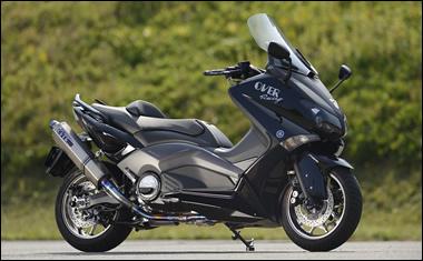 発売を控えているパーツも含めた、オーヴァーレーシングの TMAX530 用パーツをフルで組み込んだテスト車両。実はこの車両は、オーヴァーグループで運営している『レンタルバイク鈴鹿』で、カスタム済みのレンタルバイクとして一般に貸し出している。定期的なレンタル車両の入れ替わりがあるので、どの位の期間、このマシンが在庫されているのかは明言できないが、興味のあるかたは、いちど問い合わせてみてはいかがだろうか?