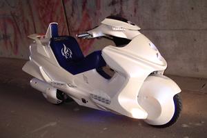 カワサキのスクーター「エプシロン」をベースに大幅なカスタムを施した「ライドシューター」。造形もさることながら指紋認証やバックモニターなどハイテク機器も搭載し、実際に走行可能。いちバイク屋が作ったとは思えない仕上がりだ。