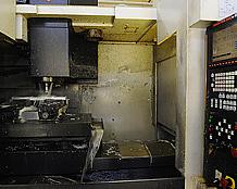 アルミのブロックから製品を削り出す、縦型高精度高速度マシニングセンター。そのほかにもバーフィーダー付きCNC複合旋盤などもある。
