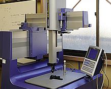 さまざまな工作機械以外に、できあがった製品の寸法を正確に、かつ立体的に計測することが可能な3次元測定器も備わっている。