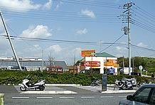 大型バイク用が20台以上、自転車・ミニバイク用を合わせるとかなり大きな2輪用駐車スペースを確保。ただし、渋滞するクルマを縫っての入場となることがほとんど。混雑している場合は別途設けられた第二駐車場がオススメ。