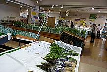 産直品が手軽な価格で手に入るとあって、野菜・果物の売場には売り切れも目立つ。道の駅を含む全国の直売所で争われる「直売所甲子園2009グランドチャンピオン」のタイトルは伊達ではない。事実、その品揃えはちょっとしたスーパーマーケット以上だ。