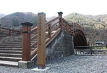 メインとなるのは総桧作りの「奈良井木曽の大橋」。その造形は美しく、背景の山々や清流と積み石とのマッチングは、日本に生まれて良かったと思わせる(のは個人的な感想)。この太鼓橋を渡って対岸の芝生公園で一休みすれば気分もリフレッシュ。