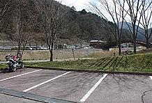 国道19号側の対岸には5~6台分程度の駐車スペースがいくつか設けられている。ここへ到る道は狭くてクルマだと入りづらいので、観光客を避けてバイクを停めたい場合には穴場的スペースと言える。