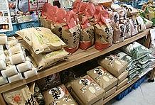 地元・朝来で精製されたお米のほか、黒豆、ネギ、但馬牛など特産品も充実。さらに但馬牛を使った岩津メンチカツに、はるばる北海道から取り寄せたミルクを用いたまほろばソフトなど、ファーストフードも。