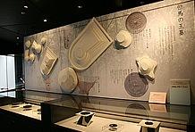 茶すり山古墳をはじめ、この一帯では朝来を中心に数多くの遺跡が発掘されている。併設されている「朝来市埋蔵文化財センター」を見学すれば、何千年も昔に栄えた太古の歴史を体感することができるだろう。