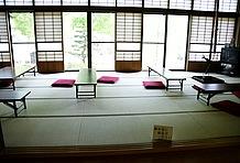 屋内の休憩スペースとして大きな和室が解放されている。掃除も行き届いておりくつろげるので、ライダーにとっては嬉しい限り。この隣には地元作家の絵画や彫刻などを展示したギャラリーなどもあり、そちらでも休憩が可能。