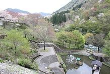 「磨墨庵」の真下は「せせらぎの池」を中心とした公園になっており、清流吉田川の川辺まで歩いて行けるようになっている。季節によって変わる彩のなか、のんびり散策を楽しむのもいいだろう。