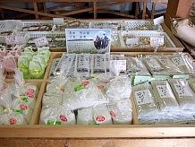 現地で食べる蕎麦もいいが、お土産としてもやはり買って行きたい。そば粉は使い方に幅が広がりそうだ。