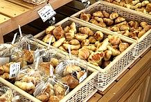 地元の名産・黒豆を使った黒豆パンやオーソドックスなクロワッサンなど、パンの種類は数知れず。朝には焼きたてのパンが棚に並び、温かいパンの薫りが道の駅を包んでいる。ここに来たなら丹波のパンをぜひ味わってほしい。