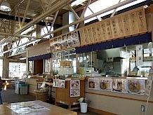 「小昼処かにはさくら」は鮎を囲炉裏のそばで焼いてくれます。ほかにも地元の食材を生かした軽食が自慢。特に自慢のオリジナルラーメン「塩こうじチャーシューメン」は絶品。