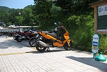 歩道をバイク置き場に設定しているため、台数が増えると点字プレートと重なってしまうのが気になる。看板が小さくて場所がわかりにくく、出入り口も不明瞭。屋根はないが椅子があり休憩することができる。