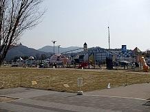 この道の駅には大規模な遊具施設や多目的グラウンドがあり、休日には家族連れの観光客でにぎわいます。子供とタンデムでこられても楽しめますが、ソロライダーとしてはやはり人ごみは避けたいところですね・・・