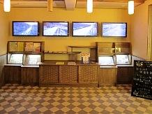 玄関ホールが情報コーナーになっており、国道17号線三国峠ラインの情報がモニターに映っています。初春と晩秋の時期には降雪状態を見て走行してください。